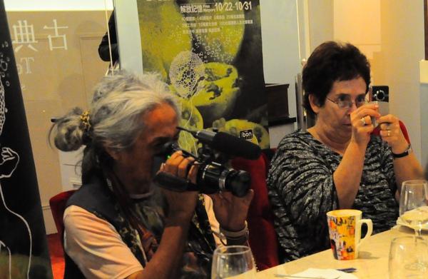 哈妮曼、塔西米克兩位導演秉持影像工作者本色,不時拿出攝影機記錄現場實況。.jpg.jpg