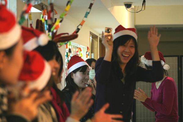 老師們戴帽子好可愛唷!
