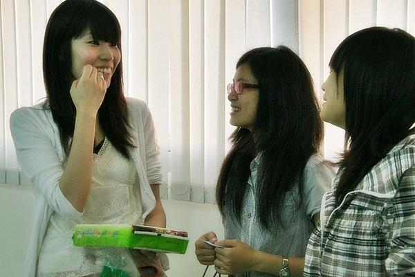 老師也跟學生聊得很起勁