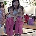 雙胞胎姐妹打扮的很夏天唷