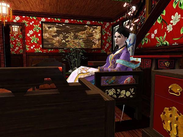 尼寇坐在客廳裡,後方的圖很有中國味道.jpg