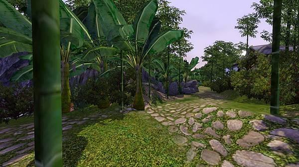 右側小徑沿著山壁及小溪,一路青翠.jpg