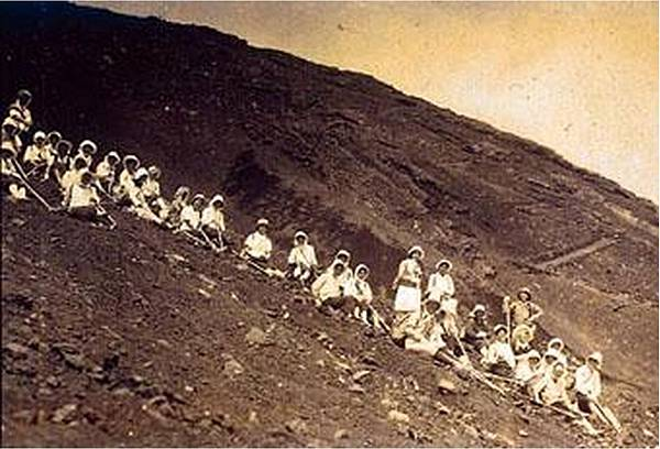 明治28年穿著裙子攀登玉山的台北女子高等學院之女學生