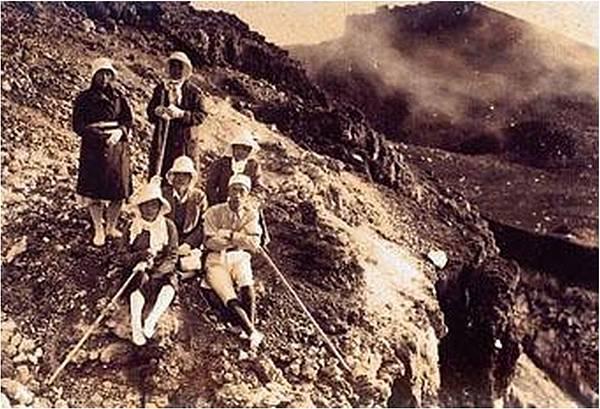 明治28年穿著裙子攀登玉山的台北女子高等學院之女學生1_092735