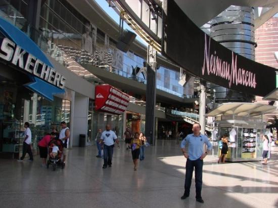 en-el-fashion-show-mall.jpg