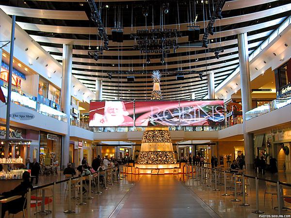 christmas-tree-in-fashion-show-mall.jpg