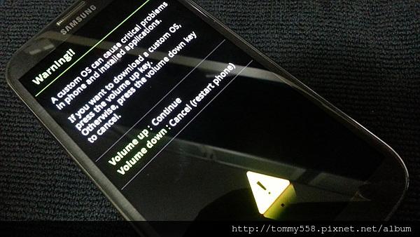 讓手機進入Download模式,必須關機後,按下Home鍵+電源鍵+音量向下鍵,三鍵同時按