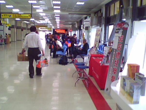 高雄小港機場-一堆陸客