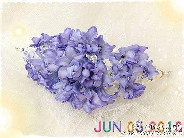 穿插蕾絲和珍珠的藍色風信子髮箍式花冠新娘頭飾