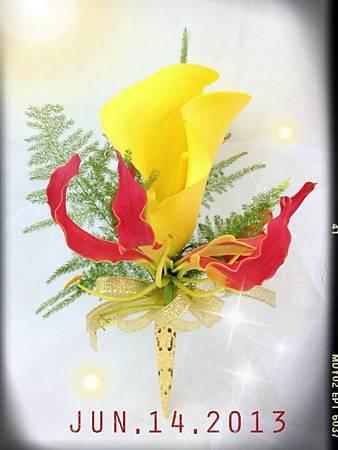 黃海芋搭配上火焰百合頭的胸花