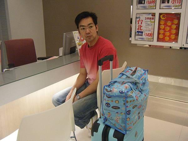 D1:信德中心的中國旅行社(香港)等服務人員處理