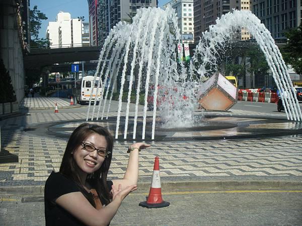 D1:抵達飯店囉!! 飯店前的噴水池…