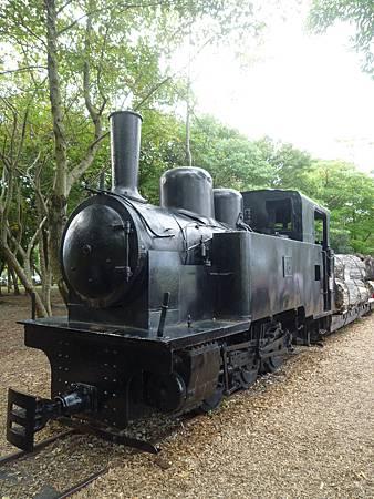 已經功成身退的蒸氣火車頭,當年可是載著許多寶貴的林木下山。.JPG