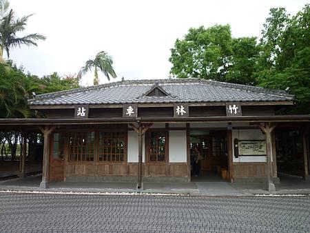 園區內還保留一座日式風格的「竹林車站」.JPG