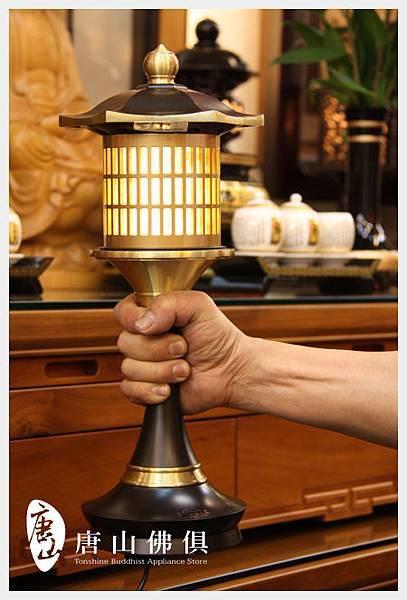 銅燈是很重的