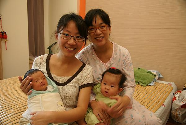 兩位新手媽媽