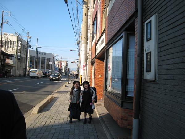 路上看到的小學生