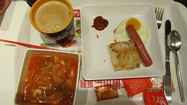羅宋湯通粉配腸仔、煎蛋佐蘿蔔糕