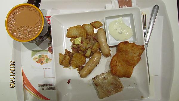 歐陸香腸佐脆炸深海魚柳配醃肉炒薯仔及蘿蔔糕