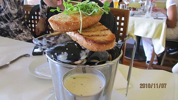 很像蛤蜊但肥美的多的白醬海鮮