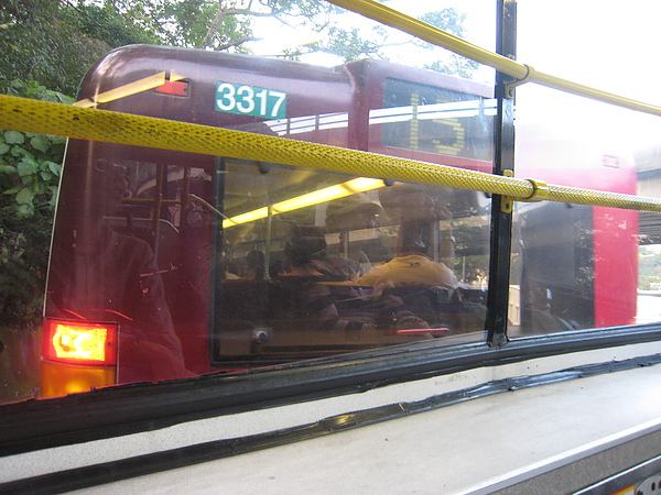 巴士真的很可怕,黏在一起啊