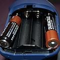 電池要先裝頭,然後推進去