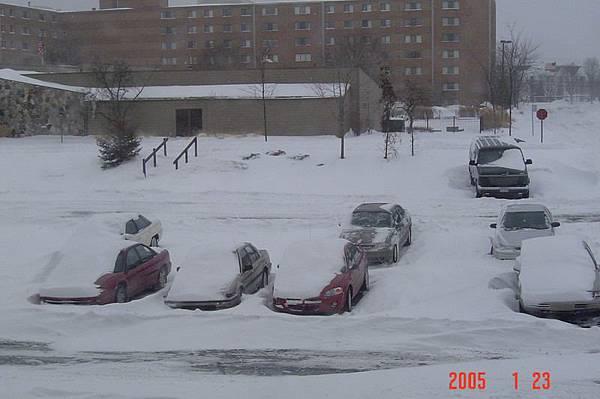 17 大風雪肆虐後的停車場