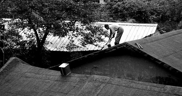 修補屋頂的伯伯
