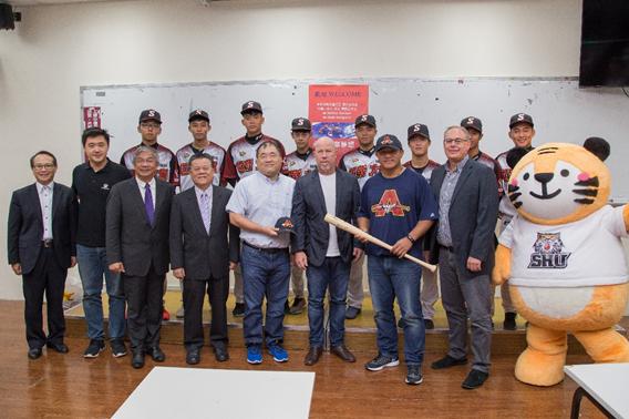 資料照片:106年9月 張泰山造訪世新大學與棒球隊及師長合影 世新周成虎