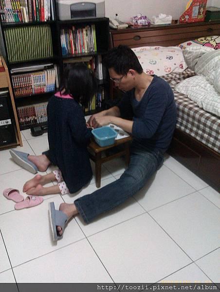 米拉跟阿伯一起玩積木