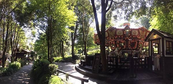 森林中的旋轉木馬.jpg