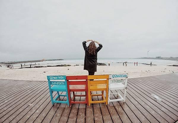 Jeju最美海灘月汀里海邊七彩椅.jpg