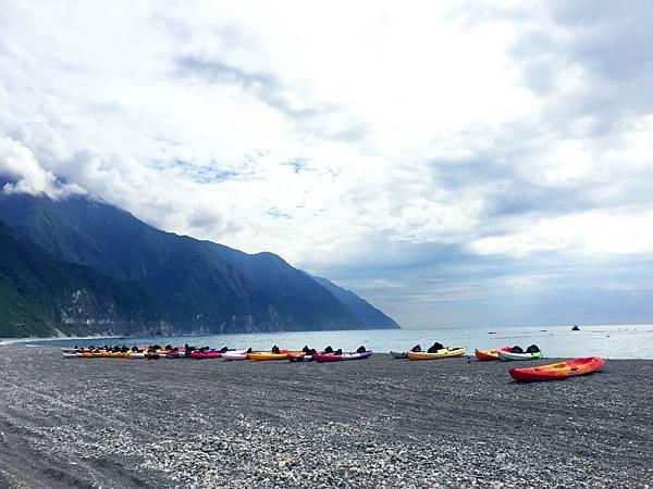 沙灘上的獨木舟2.jpg
