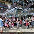 泡泡表演街頭藝人泡泡奇蹟的街頭泡泡秀