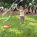 一名小男生在玩泡泡派對活動內容之一體驗大泡泡