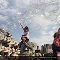 新北市北大非營利幼兒園泡泡奇蹟活動照片-一個爸爸肩上背著小孩子打泡泡