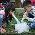 露營泡泡派對活動一對兄妹體驗玩泡泡道具製造出一團泡沫