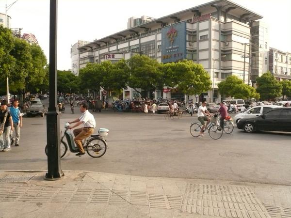 老街緊鄰馬路