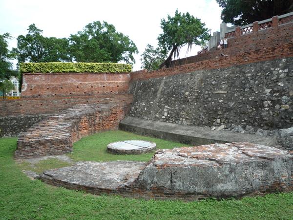 內城半圓堡壁與古井