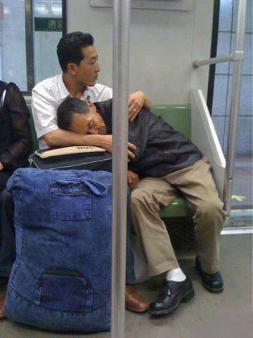 【以身體當枕,摟著老父親睡覺】