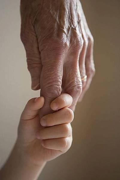 【勵志感人故事】牽母親的手過馬路