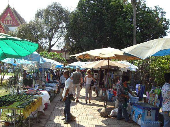 Wat Phra Si Sanphet 外面的攤販