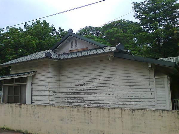 這間是聚落中,少數警察還在使用的宿舍,宿舍旁邊就是警察局。
