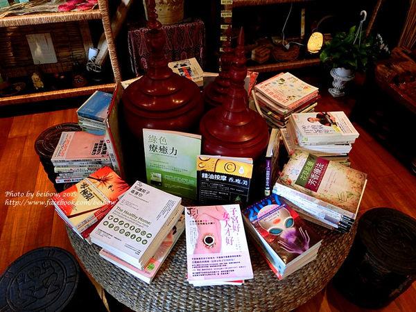 桌上疊了滿滿各種關於身體保健的書籍(((妳們看~真的很多書吧~~~))))
