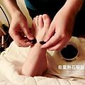 首先是針對腳部的舒活伸展,用特殊的能量石幫腳趾活絡.那感覺好特別.溫溫熱熱的石頭放在腳趾中間好舒服喔^^