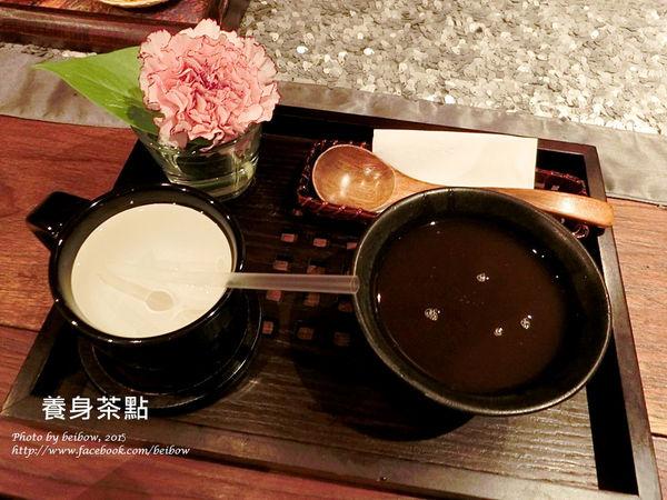 稍作休息後會再提供一份芳療調理養身茶點,右邊的是紅豆紫米湯.是專為女孩兒調配的補血聖品.溫溫甜甜的非常好吃,左邊那杯當然就是貝寶最最最愛的溫熱精油水.好好喝喔~~~>///<。文章出處:http://goo.gl/LmqYwW | PA,高雄spa館,spa按摩,高雄spa,高雄spa推薦,高雄按摩,精油,芳療
