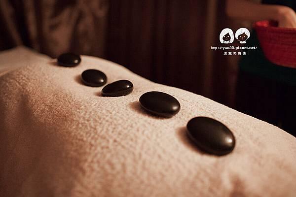全身舒壓的激瘦纖體課程也會帶到背部噢~~特別的圓石加熱後放置在背上,暖暖的溫度更能讓人放鬆 | 文章出處: http://goo.gl/eUSp47 SPA,高雄spa館,spa按摩,高雄spa,高雄spa推薦,高雄按摩,精油按摩,芳療