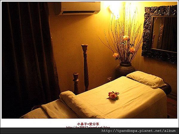 我就先到浴室簡單清潔後換上SPA專用的衣服,就要準備開始重頭戲囉~ 一進入芳療房間,馬上可以感受到放鬆的氣息,柔和的燈光加音樂 只要是整理過的房間,床上會再擺上一束新鮮的花朵~文章出處: http://goo.gl/OD1GCS | SPA,高雄spa館,spa按摩,高雄spa,高雄spa推薦,高雄按摩,精油,芳療