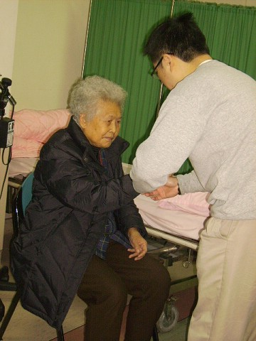 黃裕昌醫師為病患針灸