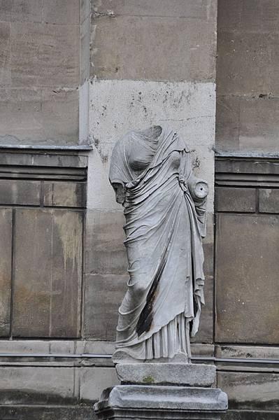 考古學博物館前廣場上的希臘石雕像
